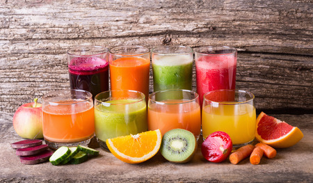 Photo pour Healthy fruit & vegetable juice on wooden background - image libre de droit