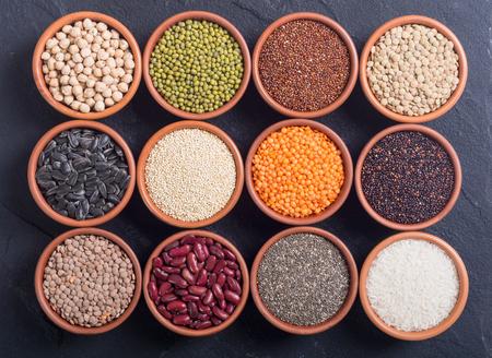Photo pour Mix of cereals and beans in bowl . quinoa , lentils , chia , chickpeas , sunflowers . - image libre de droit
