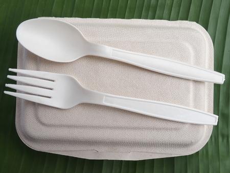 Photo pour bioplastic spoon fork lunch box on banana leaf - image libre de droit