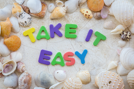 Photo pour take it easy with wrd text and sea shell frame background - image libre de droit