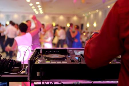 Photo pour Dancing couples during the party or wedding celebration - image libre de droit