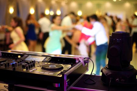 Photo pour Dancing couples during party or wedding celebration by dj mixer - image libre de droit