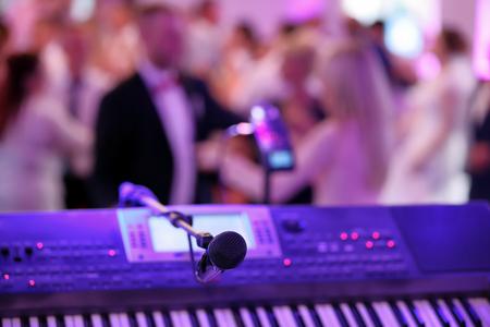 Photo pour Dancing couples during party or wedding celebration    - image libre de droit