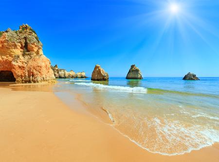 Foto de Sandy  sunshiny beach Dos Tres Irmaos summer view(Portimao, Alvor, Algarve, Portugal). - Imagen libre de derechos
