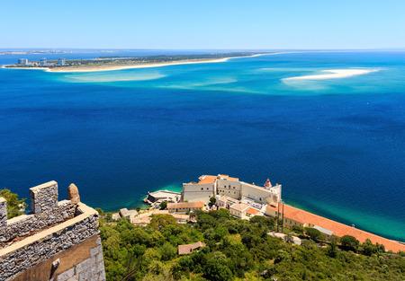 Foto de Summer sea coast landscape. View from Nature Park of Arrabida  in Setubal, Portugal. - Imagen libre de derechos