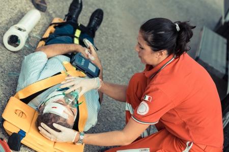 Foto de Rescue Team Providing First Aid - Imagen libre de derechos