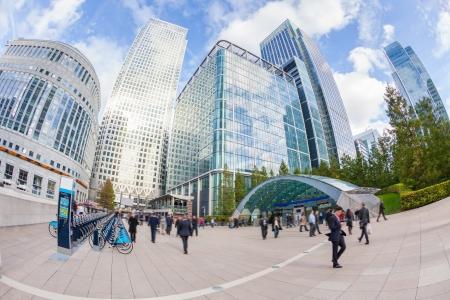 Photo pour Commuters in Canary Wharf, London Financial District - image libre de droit