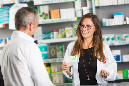 Foto de Pharmacist and Client in a Drugstore - Imagen libre de derechos