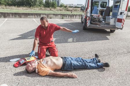 Foto de Doctor Providing First Aid with a Defibrillator - Imagen libre de derechos