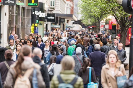 Photo pour LONDON, UNITED KINGDOM - APRIL 17, 2015: Crowded sidewalk on Oxford Street with commuters and tourists from all over the world. - image libre de droit