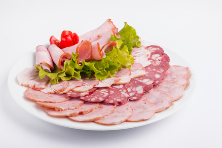 Photo pour Food tray with delicious salami, pieces of sliced ham, sausage, tomatoes, salad - image libre de droit