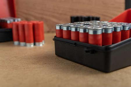 Photo pour A closeup shot of a full shotgun ammo box on a brown surface - image libre de droit