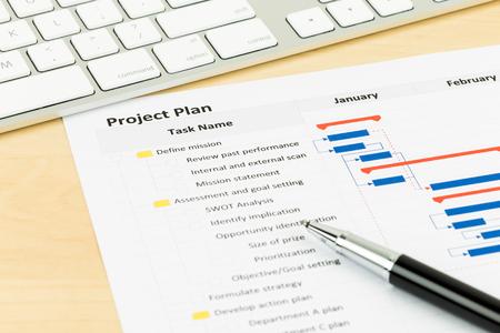 Foto de Project management and gantt chart with keyboard and pen - Imagen libre de derechos