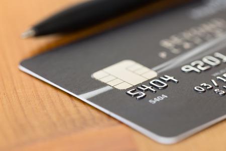Photo pour Pen on black credit card - image libre de droit