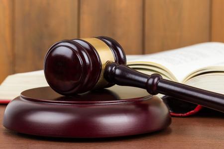 Photo pour Wooden judge gavel and book - image libre de droit