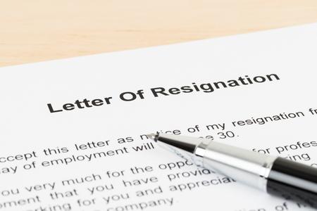 Foto de Resignation letter resign with pen - Imagen libre de derechos