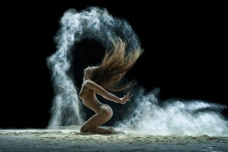 Foto de Blonde in a cloud of white dust studio portrait - Imagen libre de derechos