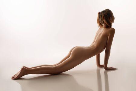 Photo pour Nude beautiful woman lying on the floor rearview - image libre de droit