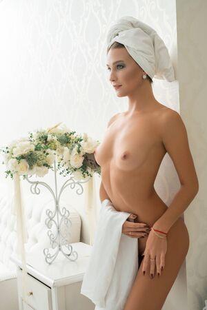 Foto de Gorgeous nude girl in luxurious hotel room - Imagen libre de derechos