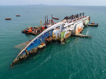 Foto de Boat crashes in the sea, cruise ship ,accident ,Shipwreck,top view ,aerial view - Imagen libre de derechos