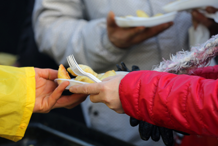 Photo pour Warm food for the poor and homeless - image libre de droit