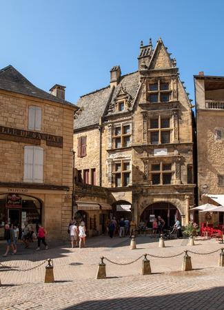 Photo pour Sarlat, France - September 2, 2018: Historic houses surrounding Place du Peyrou in Sarlat la Caneda in Dordogne Department, Aquitaine, France - image libre de droit