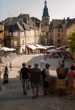 Photo pour Sarlat, France - September 2, 2018: Historic houses surrounding Place de la Liberte in Sarlat la Caneda in Dordogne Department, Aquitaine, France - image libre de droit