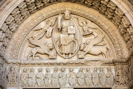 Photo pour Details of the west portal  Saint Trophime Cathedral in Arles, France. Bouches-du-Rhone,  France - image libre de droit