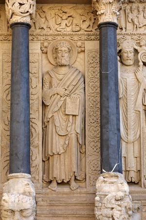 Photo pour Statues of apostles on the west portal  Saint Trophime Cathedral in Arles, France. Bouches-du-Rhone,  France - image libre de droit