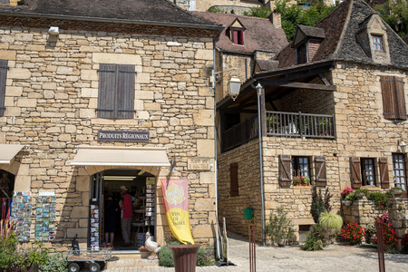 Photo pour La Roque-Gageac, Dordogne, France - September 7, 2018: La Roque-Gageac scenic village on the Dordogne river, France - image libre de droit