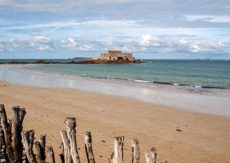 Foto de View of the Fort National and beach n Saint Malo  Brittany, France - Imagen libre de derechos