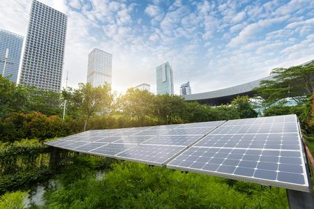 Photo pour Solar Panels In The Park Of Modern City - image libre de droit