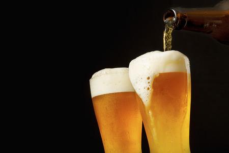 Foto de Pouring beer into glass - Imagen libre de derechos