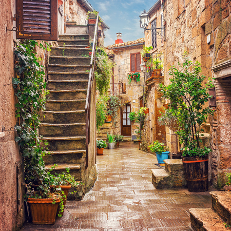 Photo pour Alley in old town Pitigliano Tuscany Italy - image libre de droit