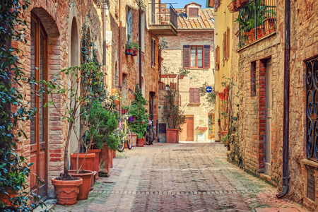 Photo pour Alley in old town Tuscany Italy - image libre de droit