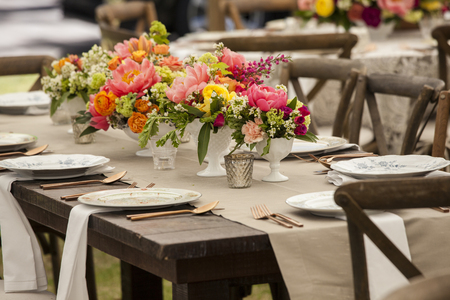Photo pour Dinner table with antique dishes and flowers for wedding reception - image libre de droit
