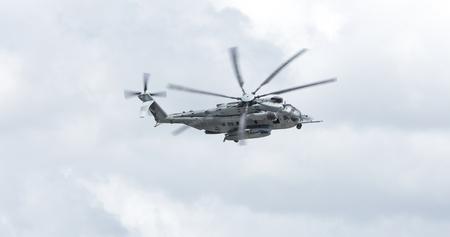 Foto de BEAUFORT, SOUTH CAROLINA-APRIL 20, 2017: A CH-53E Super Stallion helicopter flies and banks over the Marine Corp Air Station in Beaufort, South Carolina - Imagen libre de derechos