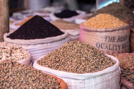 Foto de Sacks of green coffee and spices in Ethiopian market - Imagen libre de derechos