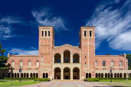 Foto de LOS ANGELES, CA/USA - OCTOBER 4, 2014: Royce Hall on the campus of UCLA. Royce Hall is one of four original buildings on UCLA's Westwood campus. - Imagen libre de derechos