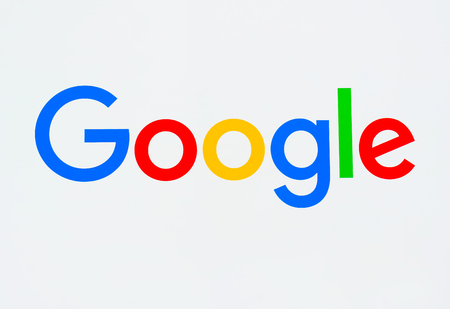 Foto de MOUNTAIN VIEW, CA/USA - JULY 30, 2017: Google corporate headquarters and logo. Google is an American multinational technology company that specializes in Internet-related services and products. - Imagen libre de derechos