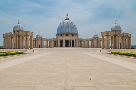 Foto de The famous landmark Basilica of our Lady of Peace, record breaking Christian place of worship, Yamoussoukro, Ivory Coast - Imagen libre de derechos