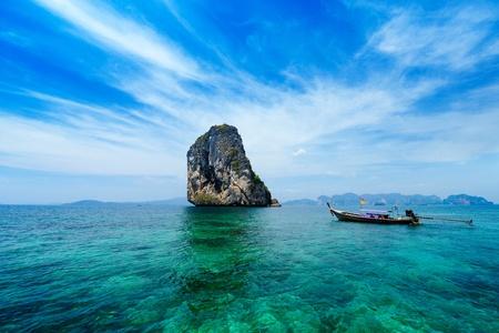 Foto de Traditional Thai boat in the blue sea of Thailand - Imagen libre de derechos