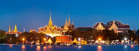 Photo pour Grand palace at night in Bangkok, Thailand - image libre de droit