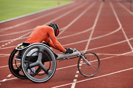 Photo pour leg disabled run in wheel chair - image libre de droit