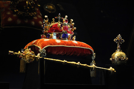 Photo pour PRAGUE, CZECH REPUBLIC - MAY 10, 2013: Crown of Saint Wenceslas and the Royal Apple and Sceptre displayed at the exhibition of the Bohemian Crown Jewels in Prague, Czech Republic. - image libre de droit