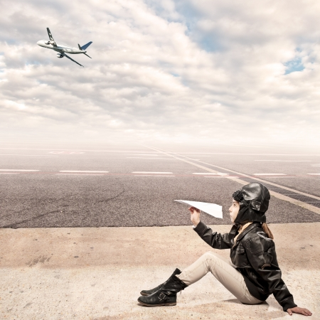 Photo pour little aviator at the airport - image libre de droit
