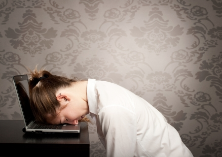 Photo pour businesswoman sleeping on laptop - image libre de droit