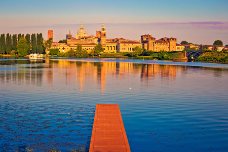 Photo pour City of Mantova skyline early morning view from lago Inferiore, European capital of culture and UNESCO world heritage site, Lombardy region of Italy - image libre de droit