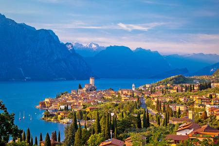 Photo pour Town of Malcesine on Lago di Garda skyline view, Veneto region of Italy - image libre de droit