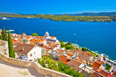 Foto de Sibenik waterfront and st. James cathedral view from above, Dalmatia, Croatia - Imagen libre de derechos